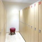 赤い椅子が置かれた綺麗なロッカールーム