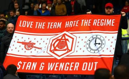 """Bannière """"J'aime l'équipe, pas le régime"""". Stan et Wenger Out"""