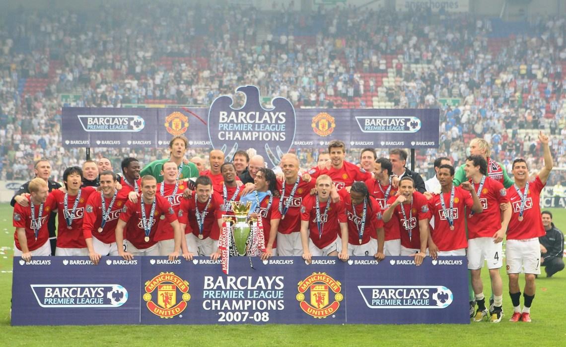 Les joueurs de Manchester United posent pour le titre de Champions en 2008