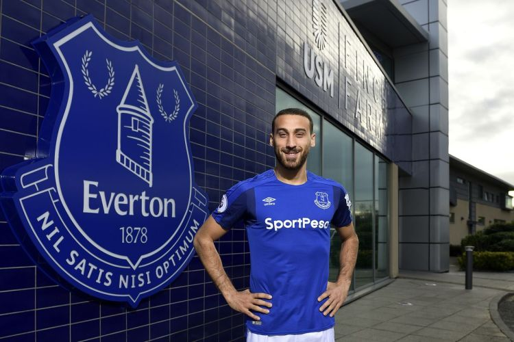 Cenk Tosun signe à Everton by Tony McArdle/Everton FC via Getty Images