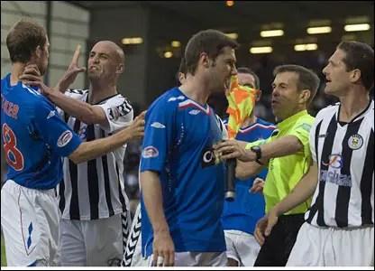 Vous voyer le grand chauve qui se bat avec Steven Whittaker ? (Source : BBC Sport)