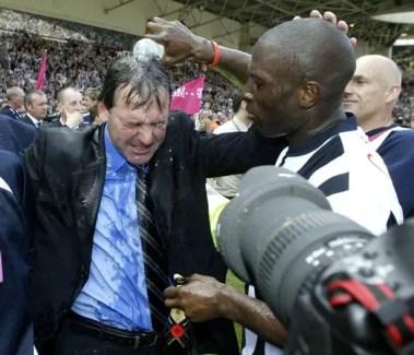 """Darren """"Big Dave"""" Moore arrose un Bryan Robson en sueur tout au long de la saison. (Source : Birminghammail.co.uk)"""