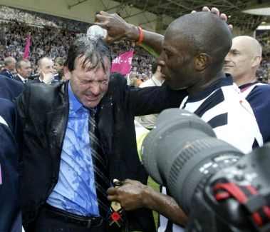 "Darren ""Big Dave"" Moore arrose un Bryan Robson en sueur tout au long de la saison. (Source : Birminghammail.co.uk)"
