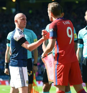 Être capitaine, c'est avoir l'honneur de serrer la main de Scott Brown. (Photo : SNS Group)