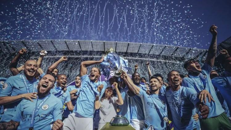 Les joueurs de Manchester City soulèvent le trophée de la Premier League.