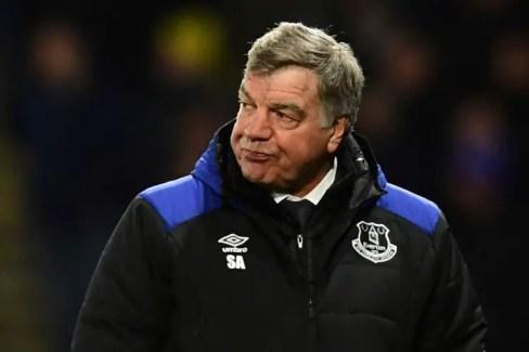 Sam Allardyce fait la mou avec le manteau d'Everton.