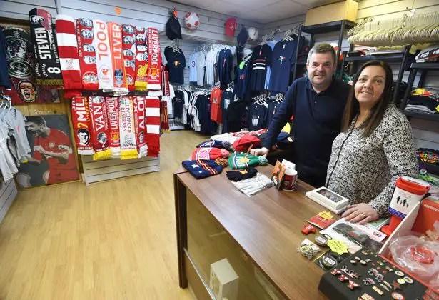 """La boutique """"Hat, Scarf or a Badge"""" à coté d'Anfield, l'une de ces petites sociétés les plus touchées par ce dépôt de marque. (Source : hat-scarf-or-a-badge.com)"""