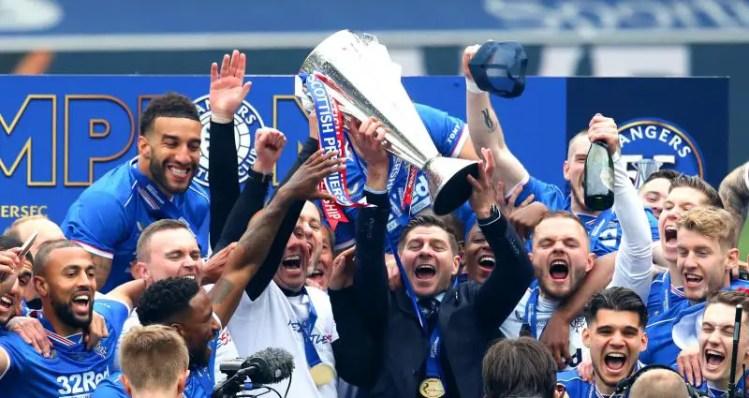 Les Rangers, levant le trophée de champion d'Ecosse ©IconSport