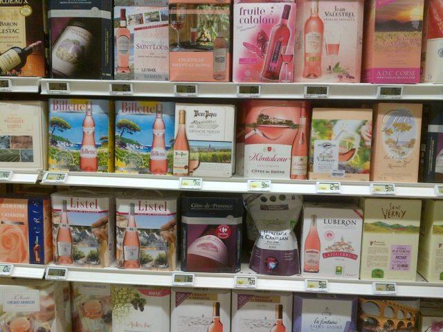 Vinhylle i et fransk supermarkedet i Loire.