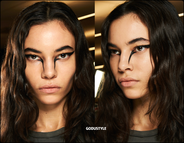 cat-eye-liner-makeup-trends-rag-bone-fashion-beauty-look2-fall-winter-2020-2021-style-details-moda-maquillaje-godustyle