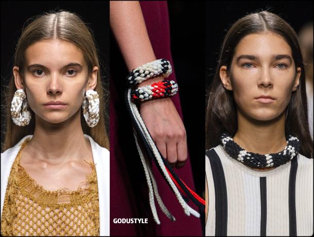 raffia- straw-jewelry-spring-summer-2021-accessories-fashion-trends-look3-style-details-shopping-moda-verano-godustyle