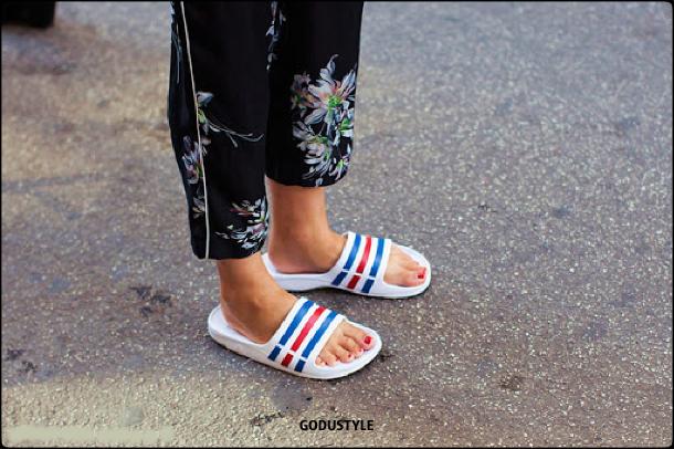 fashion-pool-slides-sandal-shoes-spring-summer-2021-trend-look10-street-style-moda-sandalias-godustyle