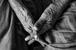 pijn-in-gewrichten-oude-vrouw