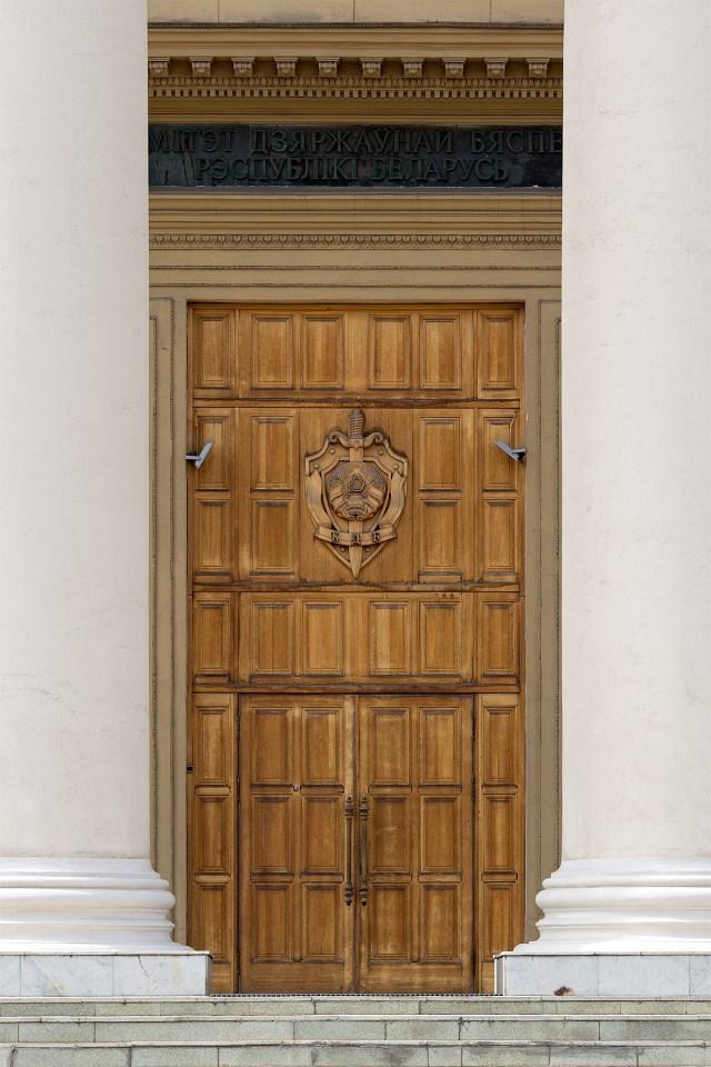 Eingangstür zum Hauptgebäude des Komitees für Staatssicherheit der Republik Belarus in Minsk