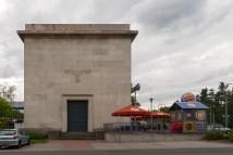 Reichsadler an der Fassade eines Gebäudes aus dem Dritten Reich