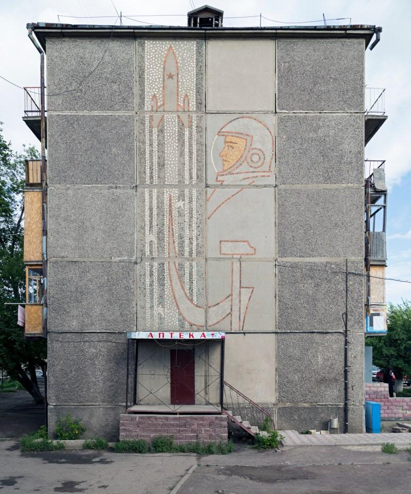 Schmuckfassade mit Kosmonaut, Hammer und Sicher