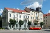 Straßenansicht mit historischer Straßenbahn in Sowjetsk