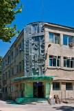 sowjetische Schmuckfassade mit Inschrift Ruhm der Arbeit