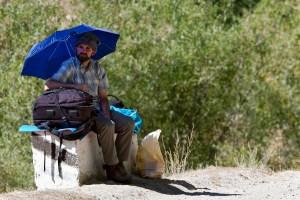 Warten auf eine Mitfahrgelegenheit im afghanisch-tadschikischen Grenzgebiet
