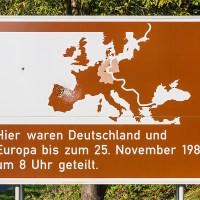 Erinnerungstafel an die ehemalige deutsch-deutsche Grenze — mit Einschußlöchern