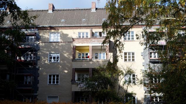 Die Mieter in diesem Wohnblock haben einen Baustopp per einstweiliger Verfügung durchgesetzt. Rechts und links wird bereits gedämmt. – Foto: Susanne Ehlerding