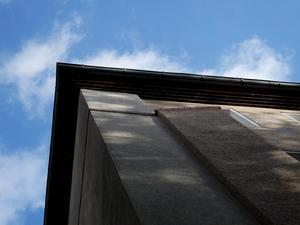 Die Nordgiebel der Häuser wurden bereits in den 80-er Jahren gedämmt. Hier erkennbar am vorkragenden Profil. – Foto: Susanne Ehlerding