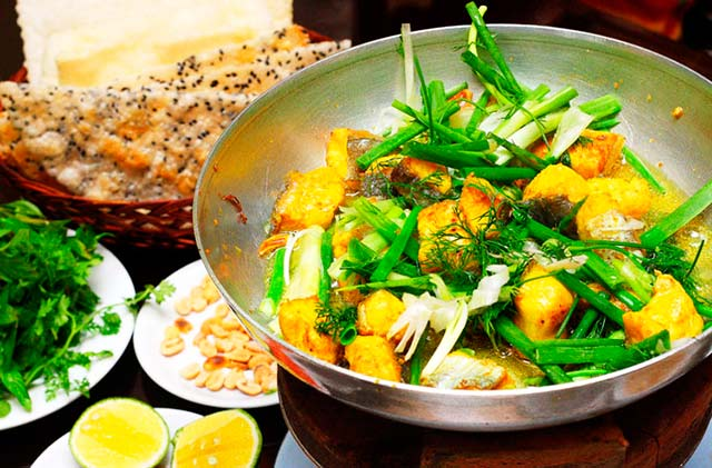 Chả cá Lã Vọng is famous specialty of Hanoi. This dish is processed as follows: Fish is fried in small oil pan. Served with multi-baked cake, vermicelli, roasted peanuts, coriander, basil, smooth cucumber, fresh onion with shrimp sauce.(Hanoi Cuisine)