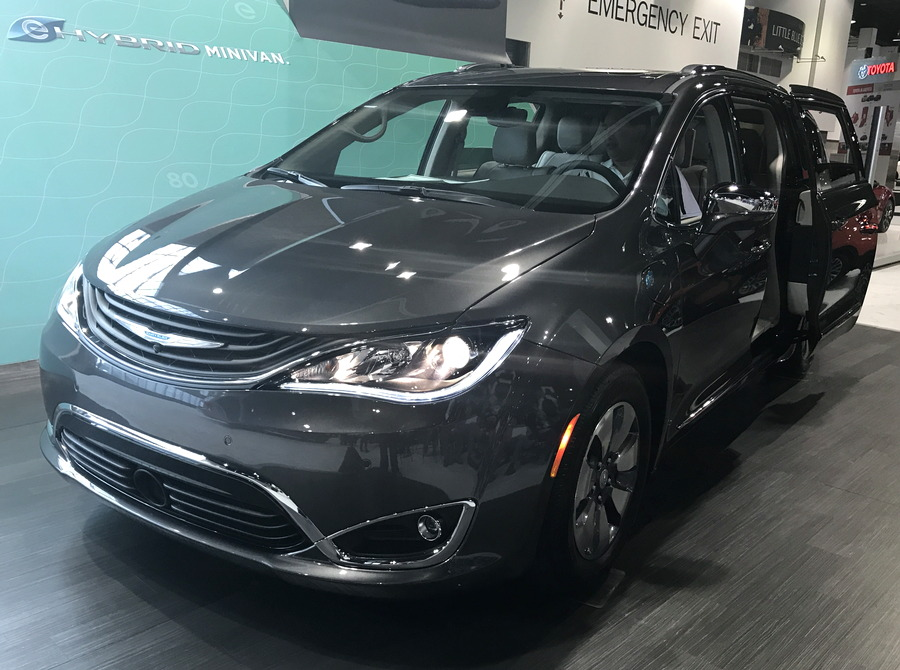 2017 chrysler pacifica plug-in hybrid minivan