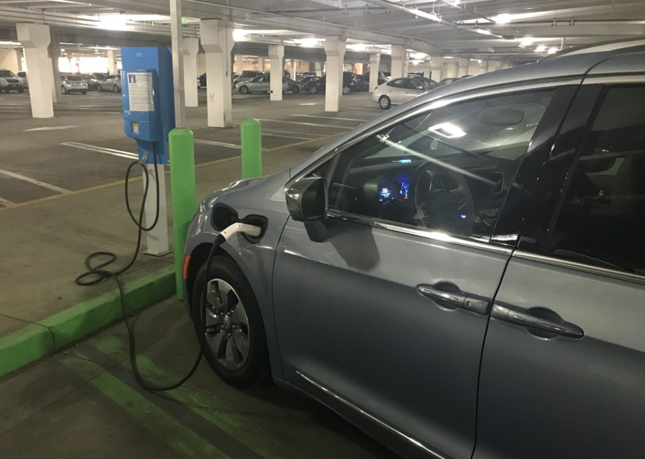 2017 chrysler pacifica hybrid - plugged in