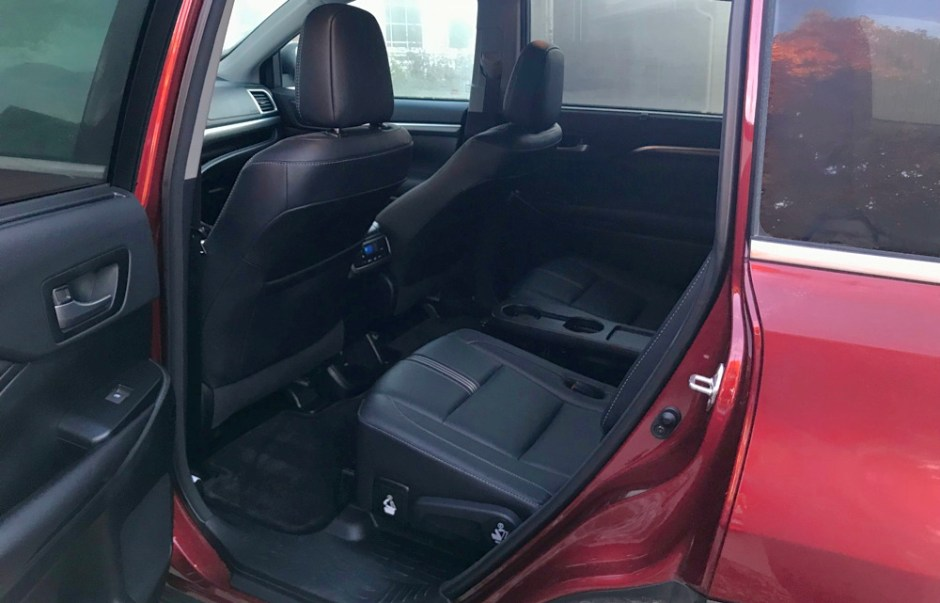 rear passenger leg room 2017 toyota highlander