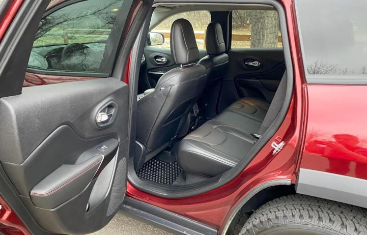 2020 jeep cherokee trailhawk elite rear leg room