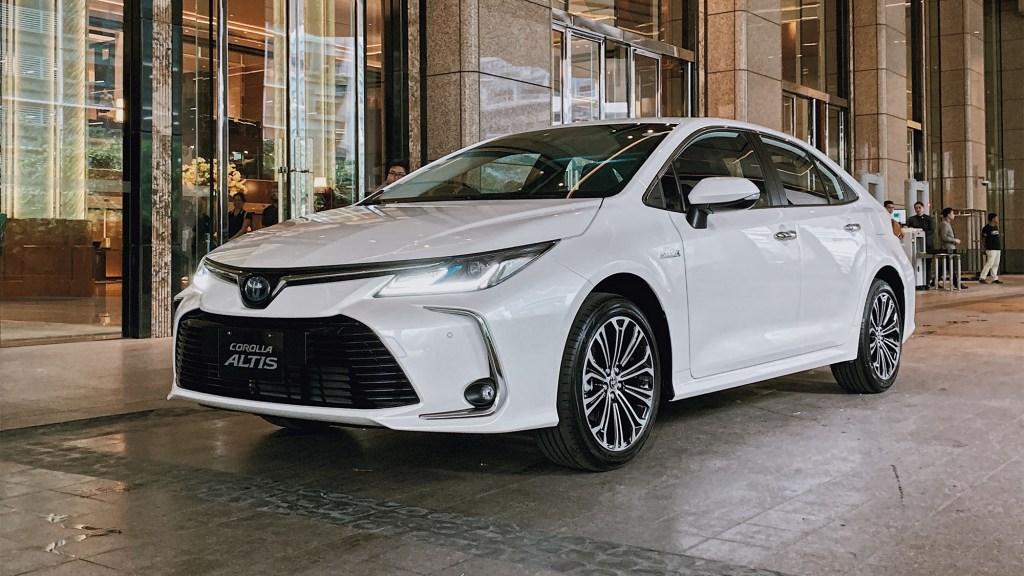 2020 Toyota Corolla 1.8 V Hybrid First Impressions