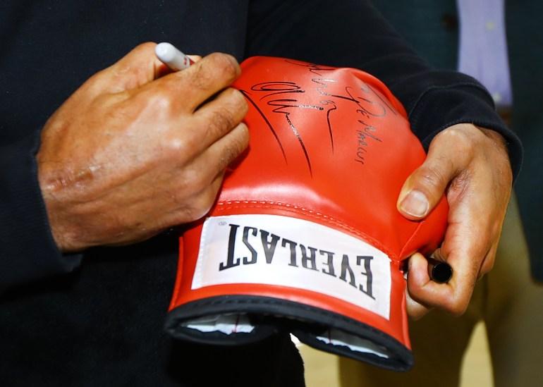 Khan_Signs_glove