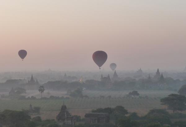 Heißluftballonfahrt über Bagan in Myanmar