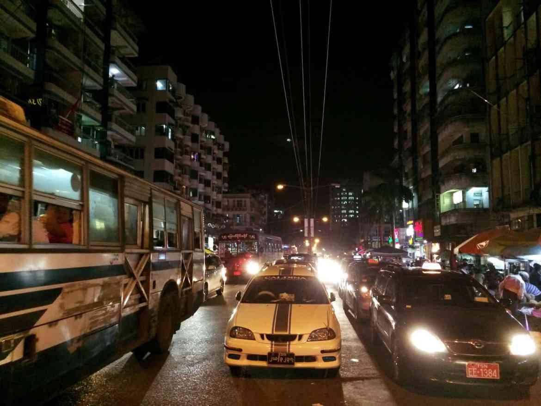 Straßenverkehr in Yangon