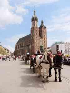 Marienkirche mit Kutscher auf dem Marktplatz Rynek Główny in Krakau