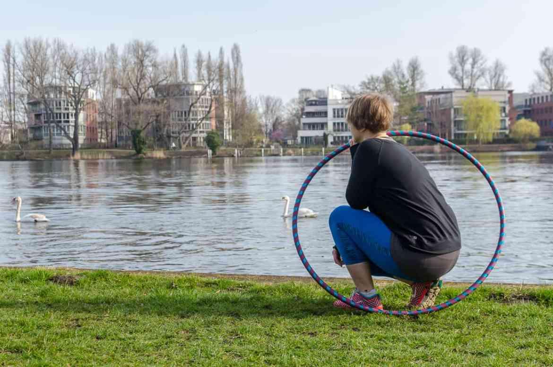 Hula-Hoop-Reifen Pose an der Spree