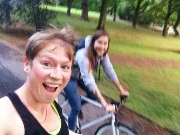 Entweder laufend oder mit dem Rad dabei: Meine Lauftrainingspartnerin Tina <3