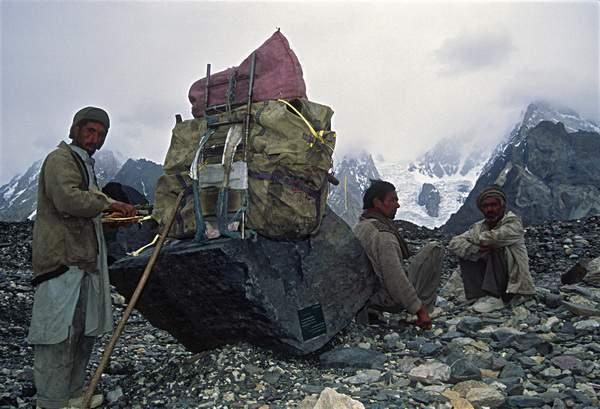 Portatori baltì nei pressi di Concordia, Ghiacciaio del Baltoro, Karakorum, Pakistan
