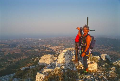 Punta su Pigiu (Monte Albo), spigolo nord, via Bella Orientale, 1a asc. G. Daniele in vetta. Panorama su Siniscola. 26.08.2000