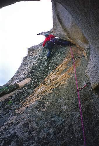 M. Marrosu (da secondo) sulla seconda parte della 2a L della via per Elena (2a asc.), Sperone della Mantide, Punta Muzzone, Monte Nieddu. 30.03.2002