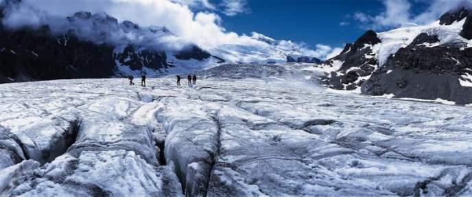 Traversata su innocui crepacci del Glacier de Corbassière, con lo sfondo di Tournelon Blanc a sinistra, Grand Combin al centro e Combin de Corbassière a destra.