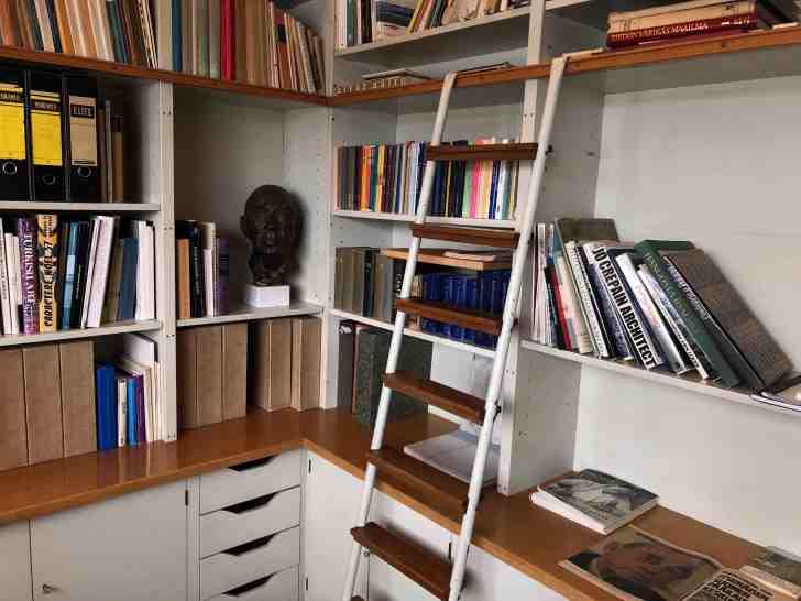 アアルトが読んだ本が本棚にたくさん収まっている