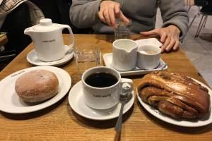 アアルトカフェで注文したコーヒーとシナモンロール、ドーナツ