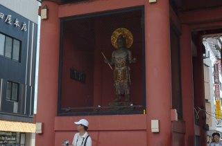 Kaminari-mon statue 1