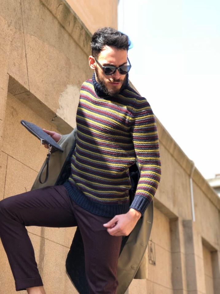 Pantalone uomo bordeaux abbinato ad un collo alto multi color.
