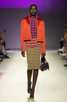 Sfilata Versace. La moda ci porta a mixare colori accesi.