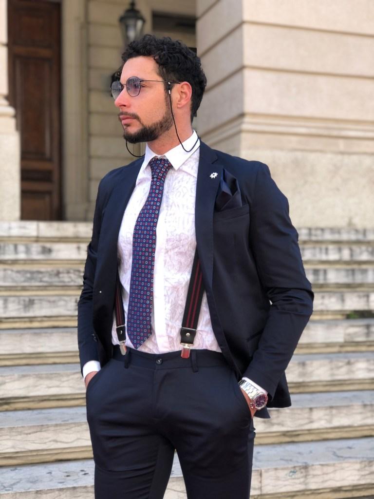 Classico abito uomo blu tinta unita. Elegante e raffinato.