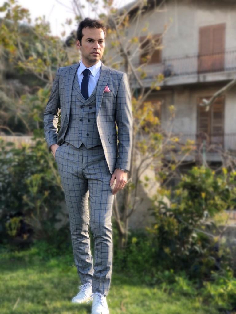Vestito uomo grigio con pantaloni slim e gilet.