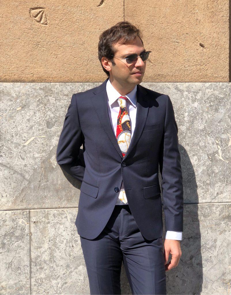 Come abbinare la cravatta all'abito blu.